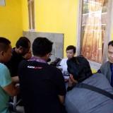 Senema saat diwawancarai sejumlah wartawan di rumah tetangganya (foto : Moh. Ali Makrus / Jatim TIMES)