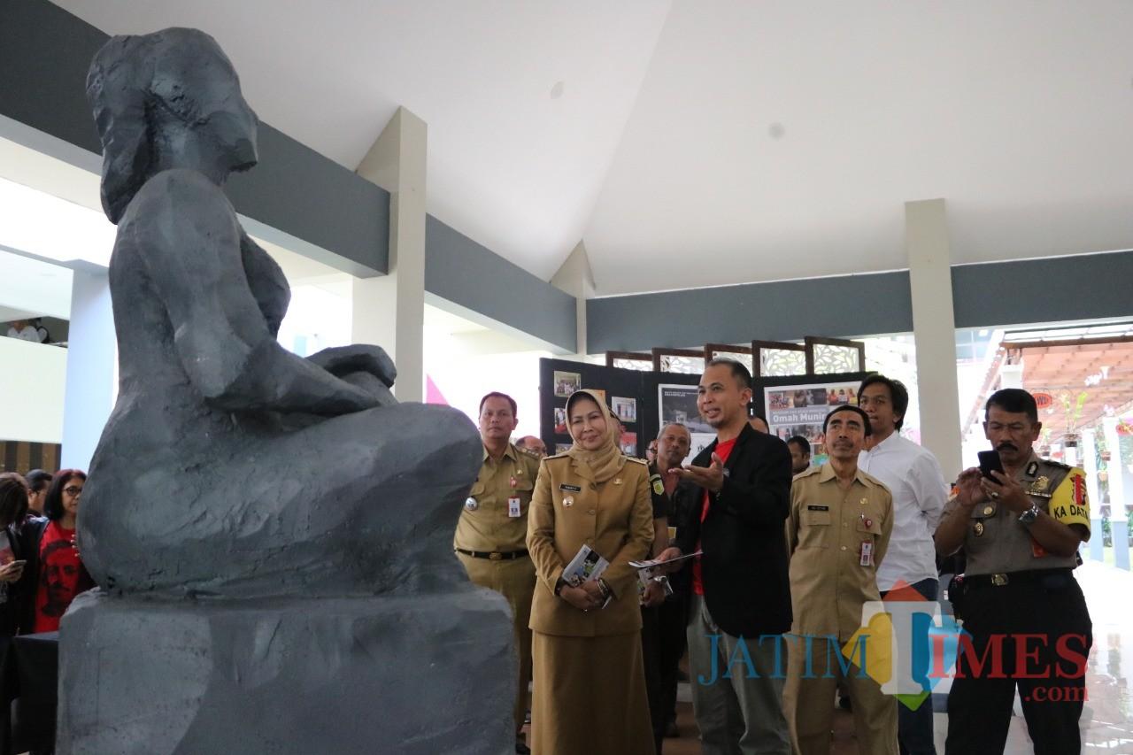 Wali Kota Batu Dewanti Rumpoko saat menyaksikan patung