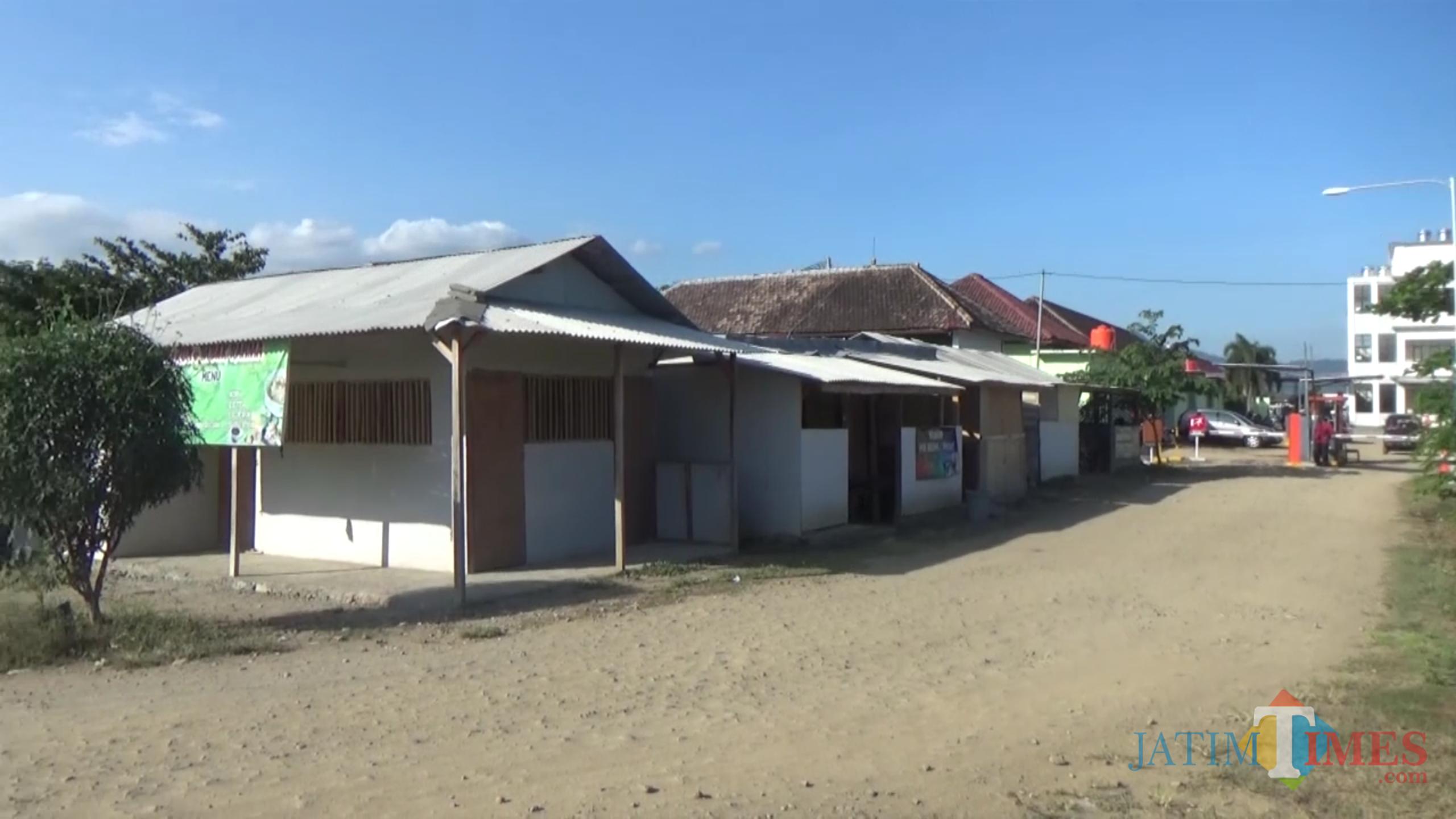 Warung semi permanen berdiri tanpa izin di kawasan RSUD Dr. Soedomo Trenggalek