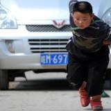 Yan Jinlong saat menarik mobil dengan kekuatannya (istimewa)