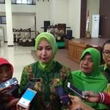 Bupati Jember dr. Hj. Faida MMR saat wawancara dengan wartawan usai penyerahan SK Pensiun (foto : Ayunk / JatimTIMES)