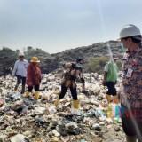 Kondisi tumpukan sampah di TPA Supit Urang saat ditinjau Wali Kota Malang Sutiaji (berbaju batik topi hitam) (Arifina Cahyanti Firdausi/MalangTIMES)