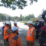 Kabid PJU Agus Sunarhadi (kanan) saat bersama timnya berkoordinasi melakukan perawatan PJU. (Anggara Sudiongko/MalangTIMES)