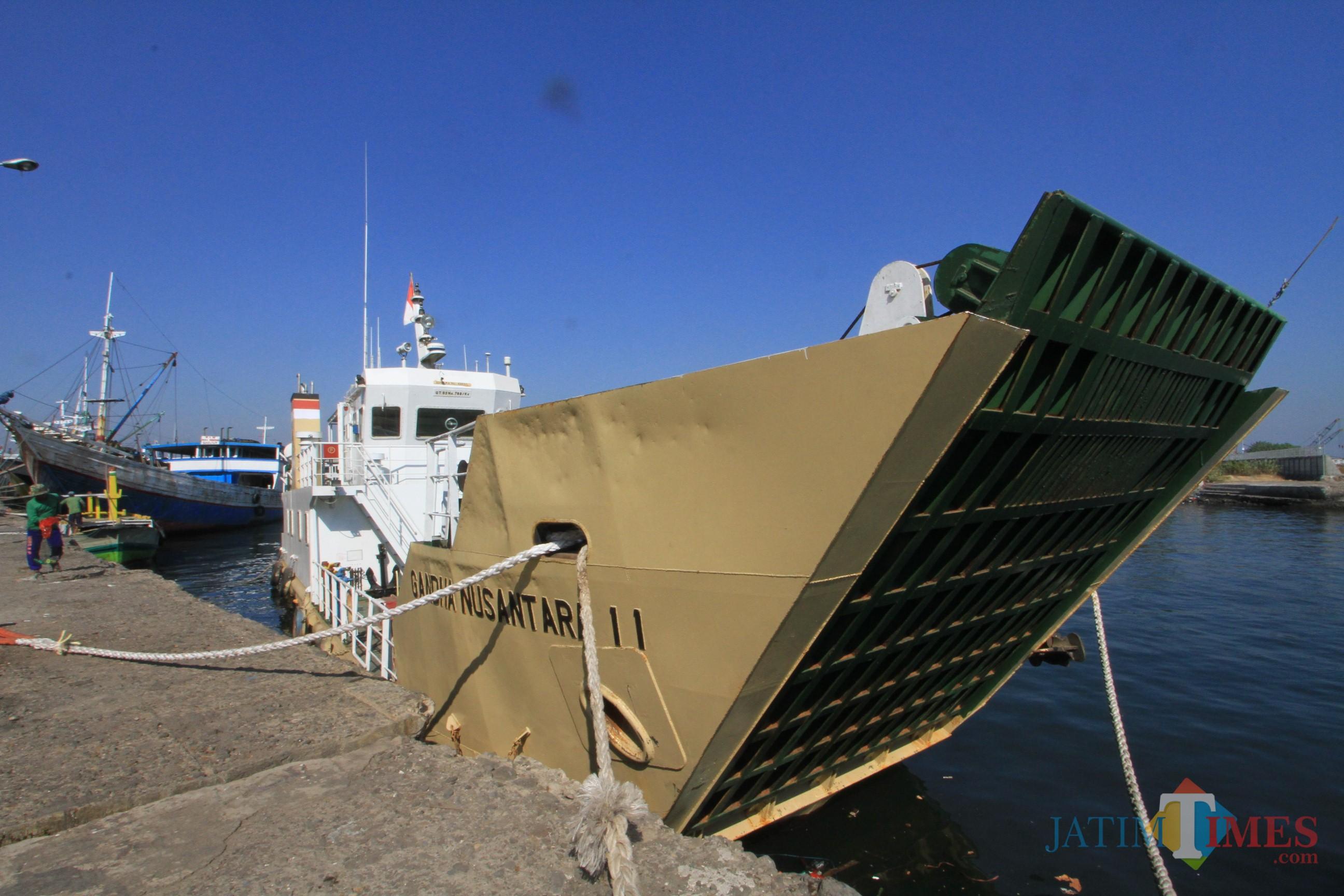 Kapal Penyebrangan Pelabuhan Tanjung Tembaga - Pulau Gili diparkir di dermaga pelabuhan menunggu kepastian Kota Probolinggo (Agus Salam/Jatim TIMES)