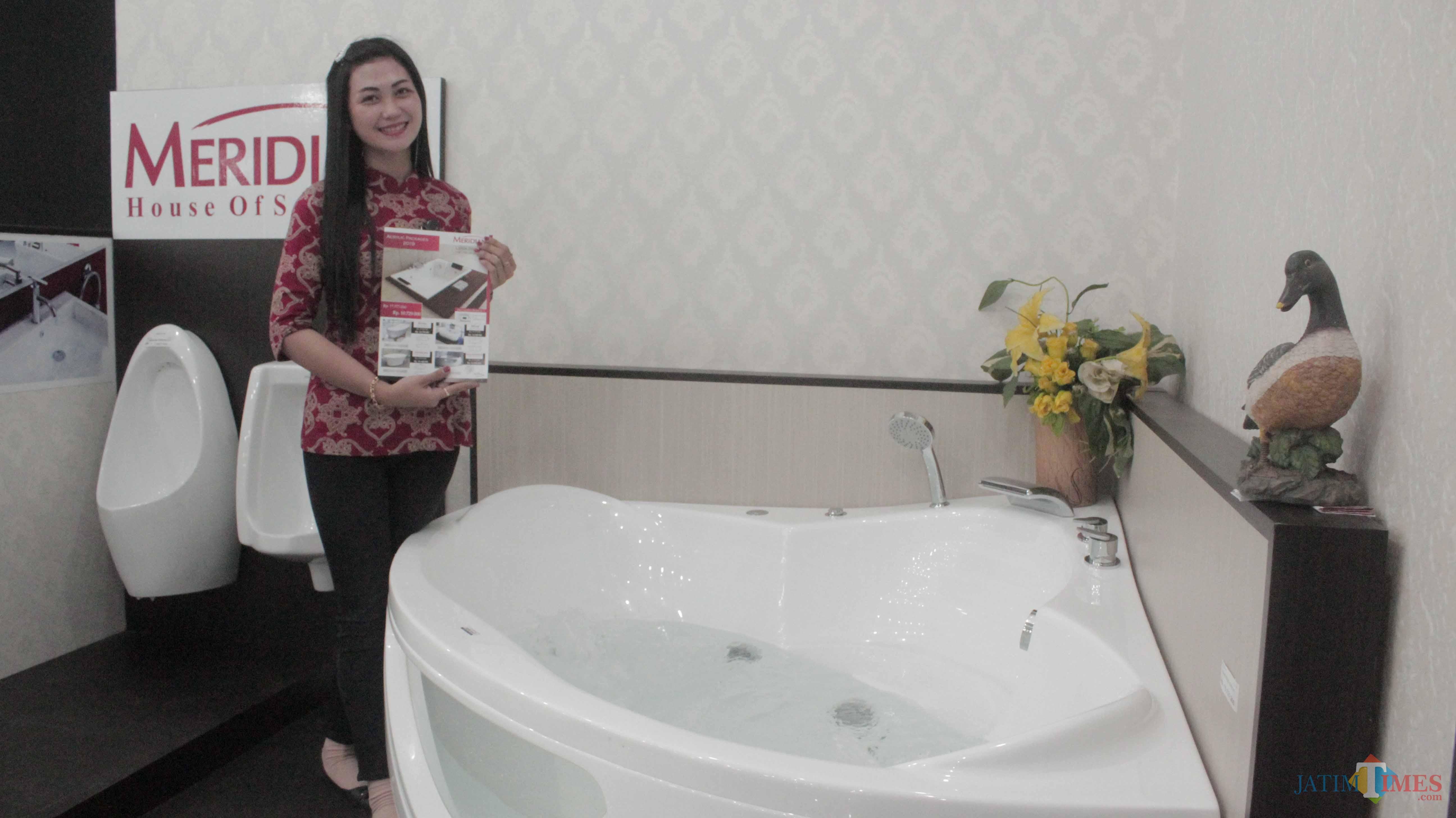 Karyawan menunjukkan bathub Aquamarine White produk baru Graha Bangunan.(Foto : Aunur Rofiq/BlitarTIMES)