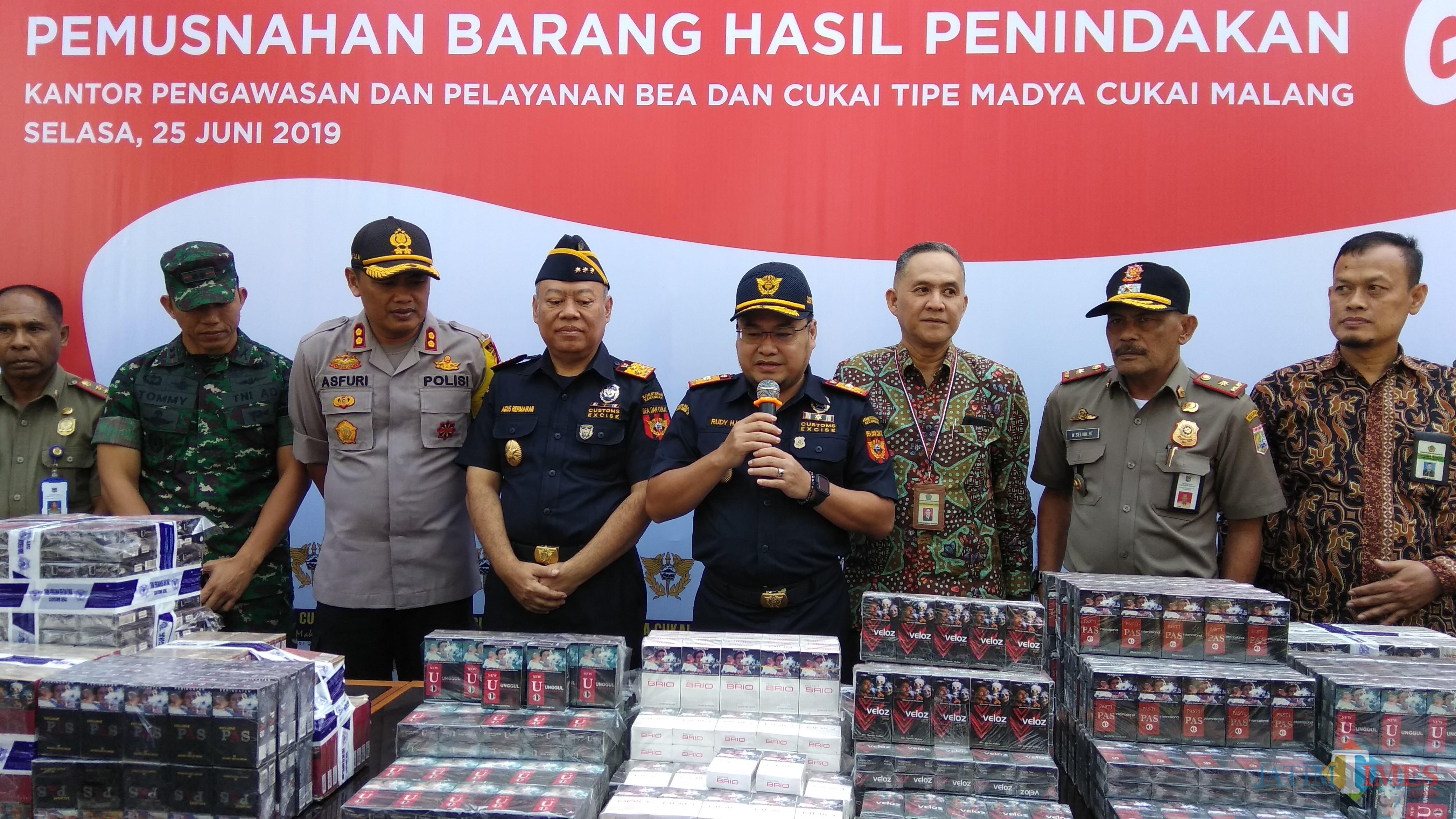 Kegiatan pemusnahan barang hasil penindakan Kantor Bea Cukai Malang periode Januari-Mei 2019. (Foto: Nurlayla Ratri/MalangTIMES)