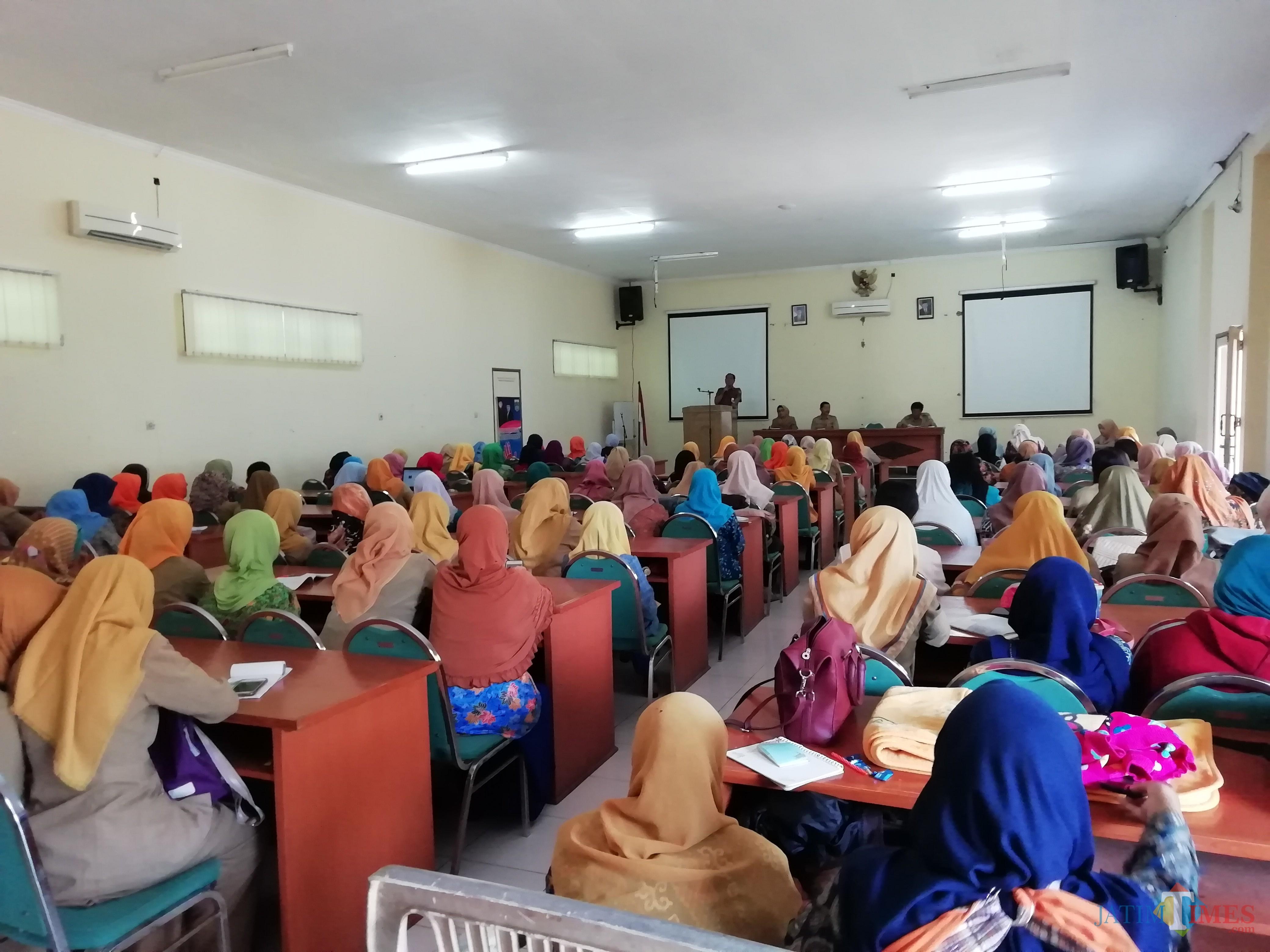 Kepala Dinas Pendidikan Kabupaten Malang M. Hidayat saat memberikan sambutan dan motivasi kepada para guru untuk terus meningkatkan kinerjanya. (Nana)