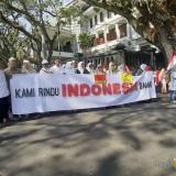 Massa  yang mengatasnamakan KMPK menggelar aksi damai di depan gedung DPRD Kota Malang. (Arifina Cahyanti Firdausi/MalangTIMES)