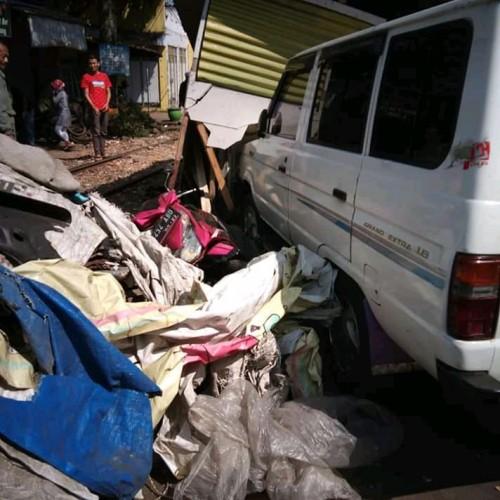 Mobil yang menabrak motor DNA bengkel di kawasan Jalan Irian Jaya (Istimewa)