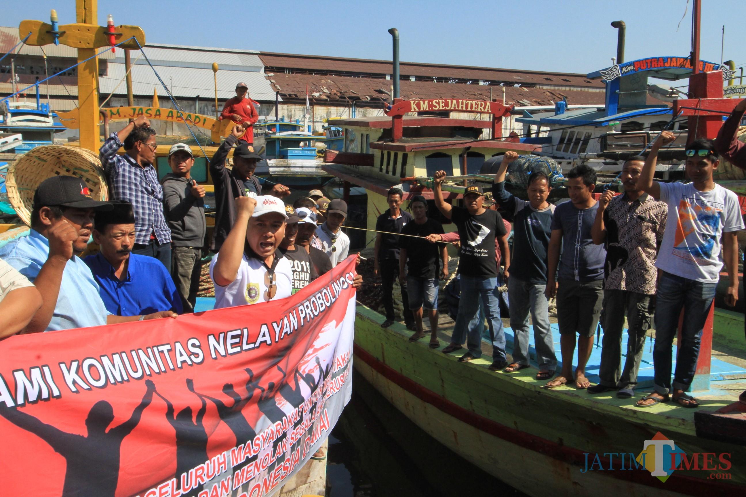Nelayan Kota Probolinggo deklarasi tolak ajakan berdemo diatas kapal (Agus Salam/Jatim TIMES)