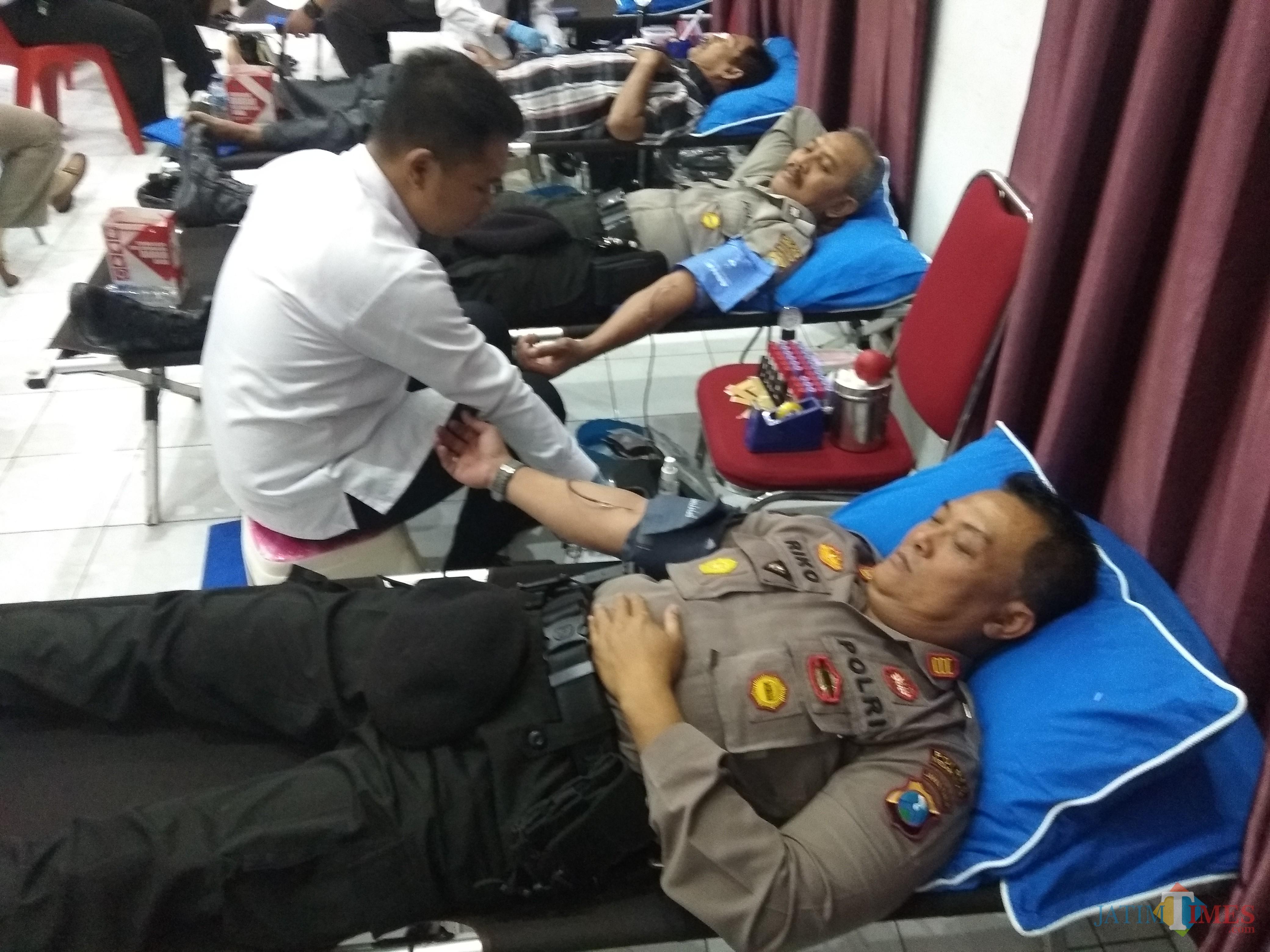 Para anggota kepolisian saat mendonorkan darahnya. (eko Arif s /JatimTimes)