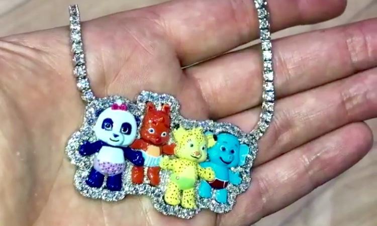 Penampakan kalung hadiah untuk anak Cardi B.