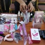 Petugas Bea Cukai Malang memusnahkan barang terlarang dan dibatasi, termasuk sex toys. (Foto: Nurlayla Ratri/MalangTIMES)