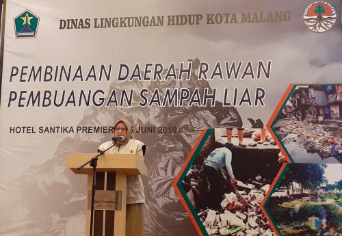 Plt Kepala DLH Kota Malang Diah Ayu Kusumadewi saat menghadiri acara pembinaan daerah rawan pembuangan sampah liar. (Arifina Cahyanti Firdausi/MalangTIMES)