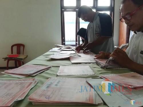 Proses pengecekan SPPT PBB-P2 di tingkat desa oleh perangkat desa sebagai petugas pungut pajak di wilayahnya (Nana)