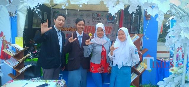 Stand SMAN 1 Kota Banyuwangi, salah satu peserta PIRN 2019 dan Bupati Banyuwangi Abdullah Azwar Anas saat meninjau salah satu stan