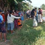 Warga saat melihat lokasi ditemukannya sepeda motor tak bertuan di Dusun Pucukan, Tanggul Kulon, Tanggul. (foto : Puji SN / Jatim TIMES)