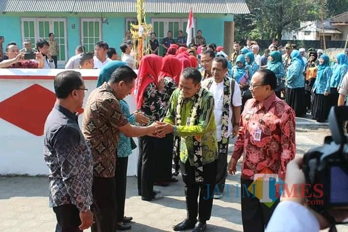 Bupati dan Wakil  Bupati Blitar saat menyambut kedatangan tim penilai lomba desa tingkat provinsi.(Foto : Team BlitarTIMES)