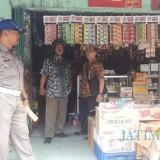 Disperindag dan tim gabungan saat sidak rokok ilegal.(Foto : Team BlitarTIMES)