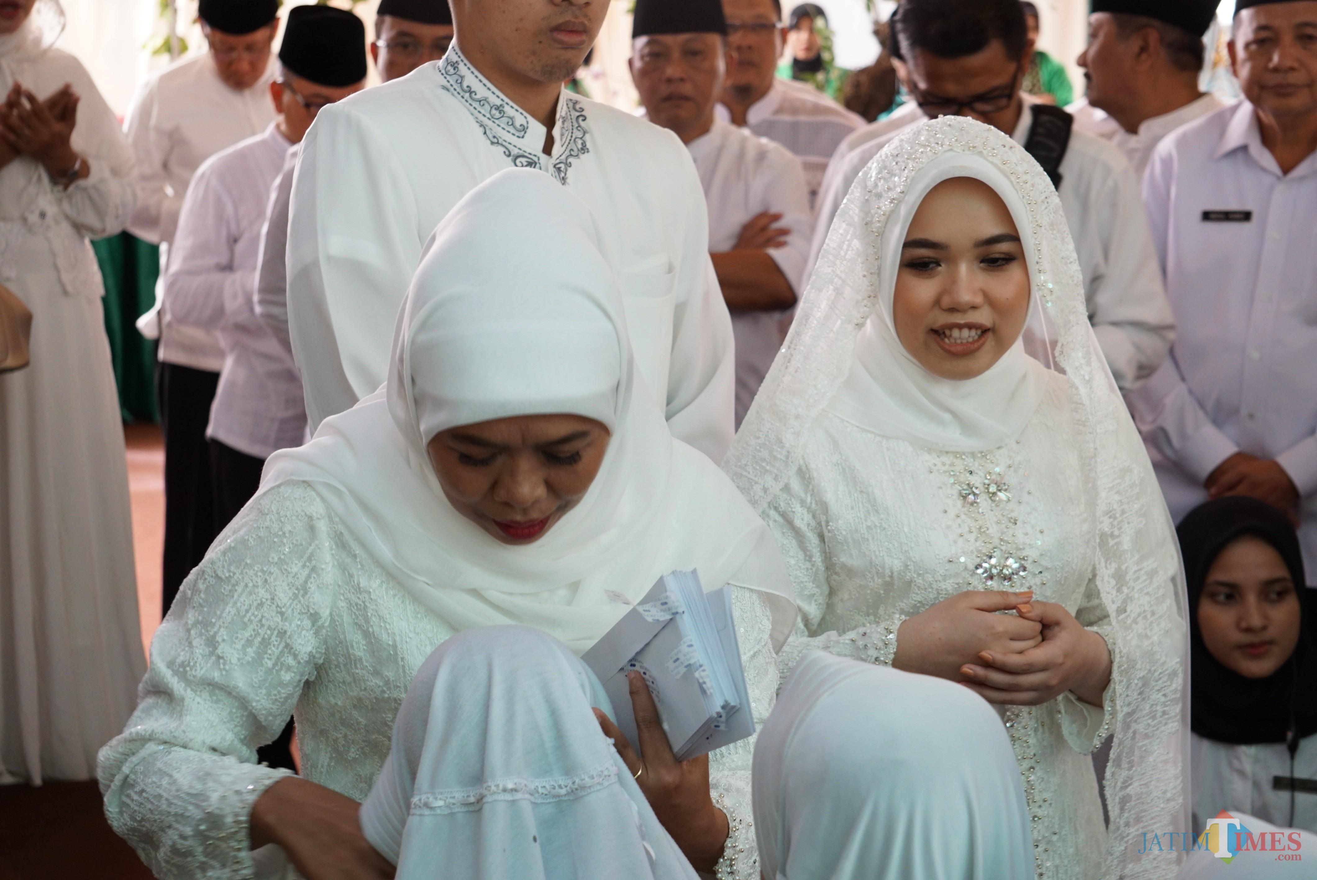 Gubernur Jatim Khofifah bersama putri pertamanya Patimasang saat pengajian