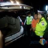 Kasat lantas saat memeriksa bagasi mobil pribadi milik anggota DPRD Situbondo yang terjaring operasi. (Foto Sony Haryono / Situbondo TIMES)