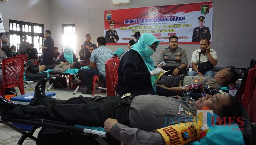Para anggota Polres antri donor kan darah di gedung serbaguna Bhayangkara (Foto : Dokpol / TulungagungTIMES )