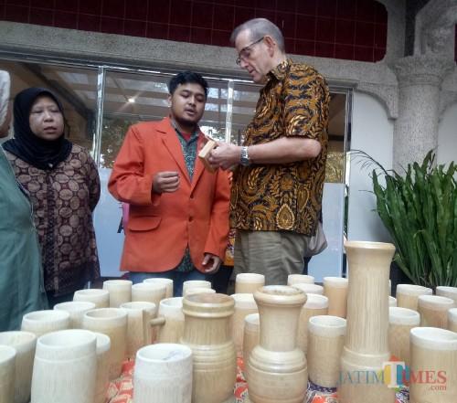 Perwakilan dari Erasmus yang melihat produk mahasiswa di STIE Malangkucecwara. (Foto: Imarotul Izzah/MalangTIMES)