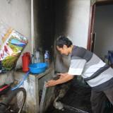 Sahroni menunjukkan tempat mesin cucinya yang terbakar  (Agus Salam/Jatim TIMES)