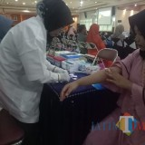 Salah satu peserta saat diambil darahnya  (Agus Salam/Jatim TIMES)