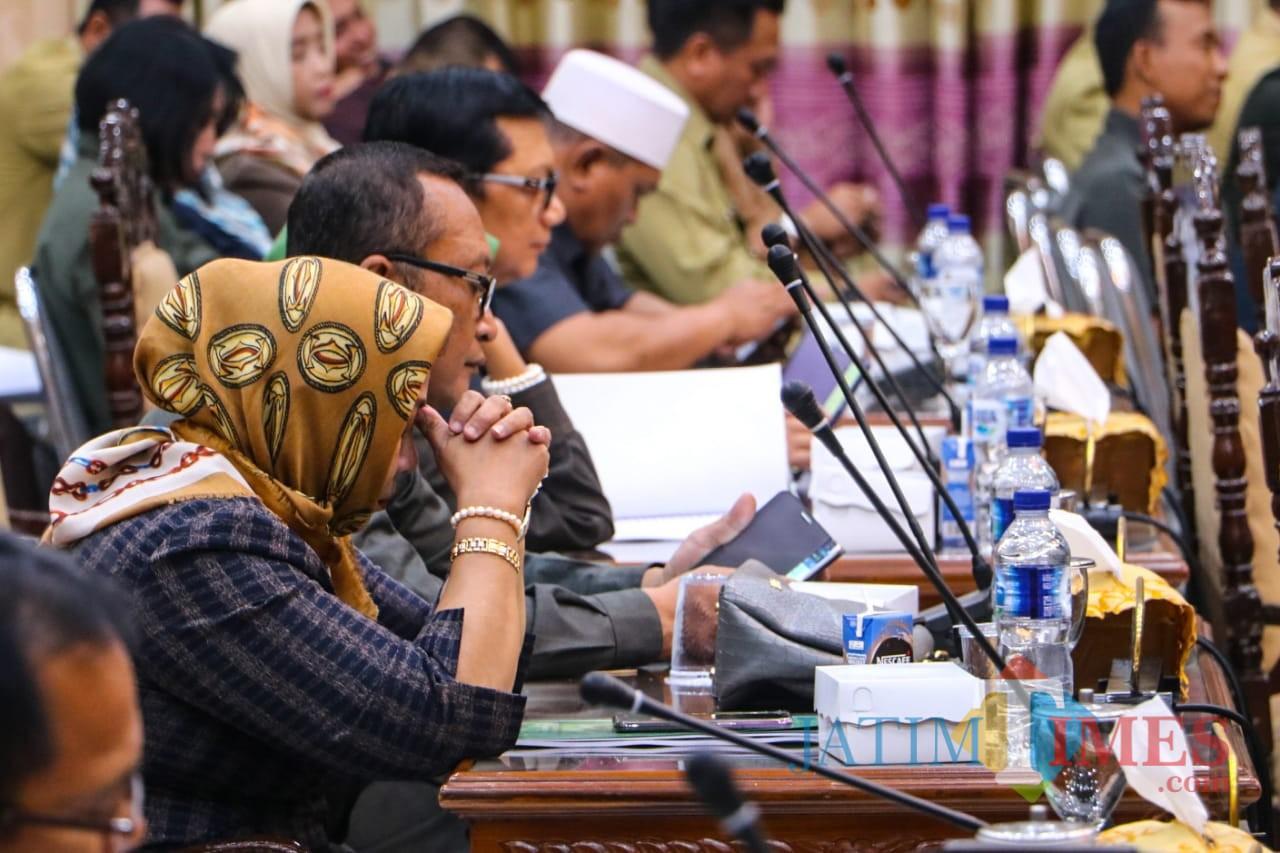Sejumlah anggota DPRD Kota Probolinggo saat mendengarkan pembacaan jawaban fraksi atas 2 Raperda (Agus Salam/Jatim TIMES)