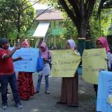Sejumlah wali murid yang berunjuk rasa di depan kantor Kepala SMPN 1 Jombang. (Foto : Adi Rosul / JombangTIMES)