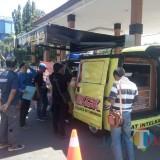 Situasi pelayanan SKCK Keliling di depan pendopo Jl. Kartini Situbondo (Fot: Sony Haryono/SitubondoTIMES)