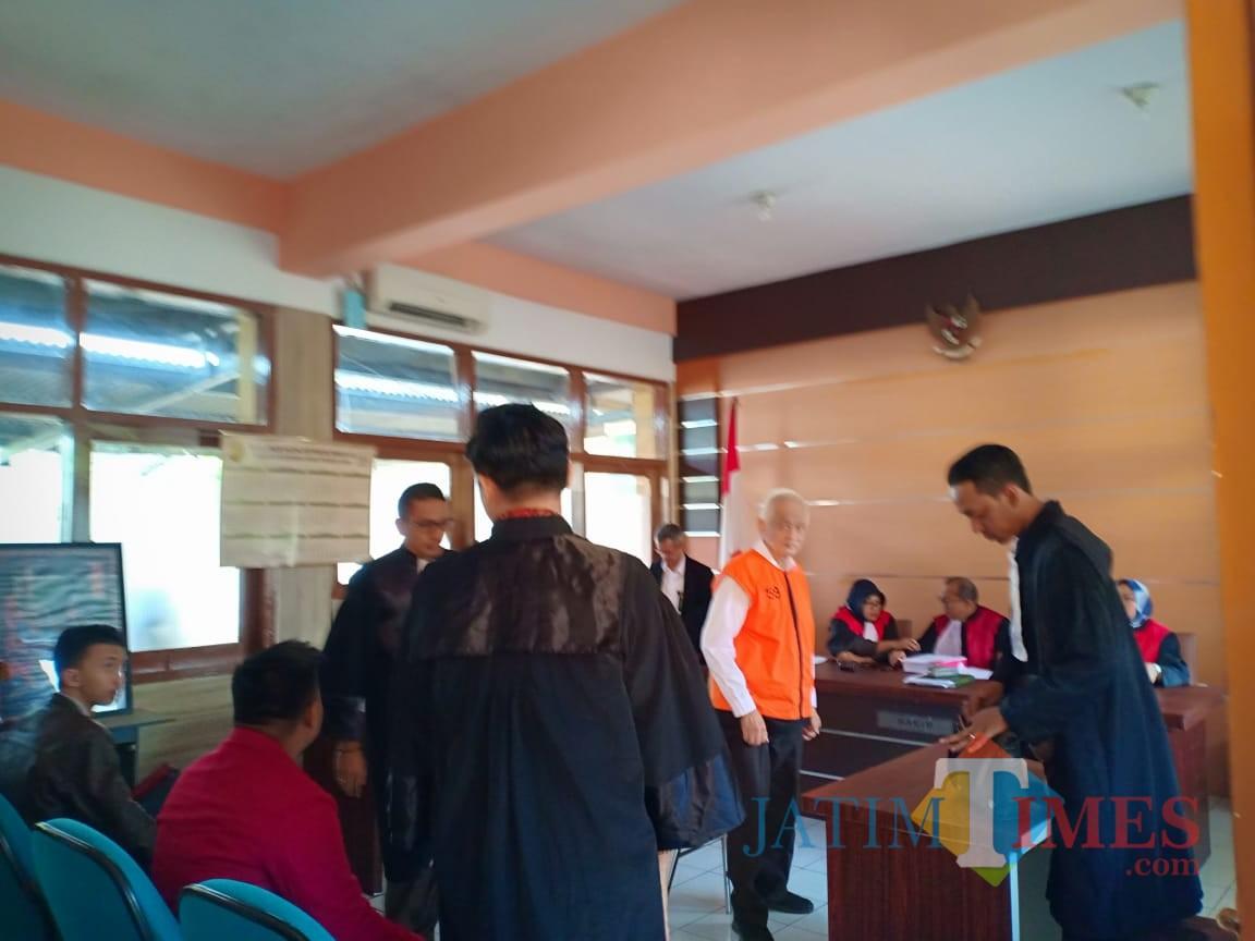 Terdakwa Thomas (baju orange) saat mengikuti persidangan (Anggara Sudiongko/MalangTIMES)