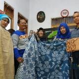 Disnaker Kabupaten Malang mengajak peserta disabilitas yang mengikuti pelatihan membatik studi banding ke sentra batik Probolinggo (Disnaker for MalangTIMES)