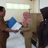 Kepala Dinas Pendidikan Kabupaten Malang M Hidayat serahkan SK penyetaraan guru sebagai wujud konsep loyalitas para pendidik (foto:Nana/ MalangTIMES)