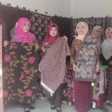 Perwakilan Dinas Koperasi dan Usaha Mikro Pemkab Blitar bersama pengrajin batik yang berpartisipasi dalam pameran di Penataran.(Foto : Aunur Rofiq/BlitarTIMES)