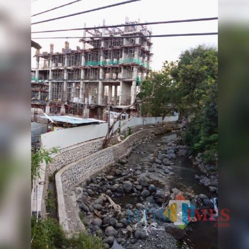 Proyek pembangunan Hotel Kokoon di Desa Dadapan, Kecamatan Kabat, Banyuwangi, yang diduga melanggar sempadan sungai