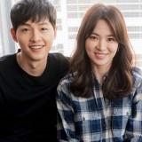 Tampak pasangan Song Joong Ki dan Song Hye Kyo menggulirkan senyum saat berfoto bersama. (Foto: Istimewa)