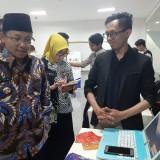 Wali Kota Malang Sutiaji (berkopyah) saat melihat pameran aplikasi digital (Arifina Cahyanti Firdausi/MalangTIMES)