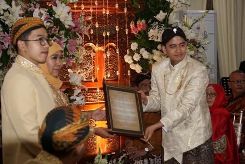 Fadil Wirawan ketika menghadiri acara Malam Midodareni