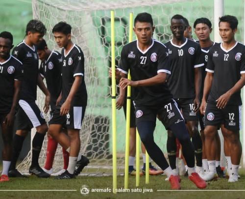 Dedik Setiawan (paling depan) saat berlatih bernama rekan-rekannya. (official Arema FC)