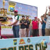 Kapolres saat menyerahkan piala juara 1 sepak bola antar pelajar (Foto Sony Haryono / Situbondo TIMES)