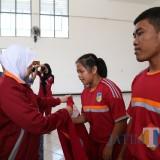 Para siswa/siswi berprestasi diberikan penghargaan oleh Bupati Kediri. (ist)