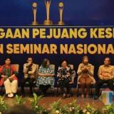 Titiek Puspa (kedua dari kiri), Bupati Faida (Ketiga dari kanan) dan beberapa tokoh lainnya yang mendapat penghargaan dari FIAKSI (foto : Lum Lawalata / Jatim TIMES)