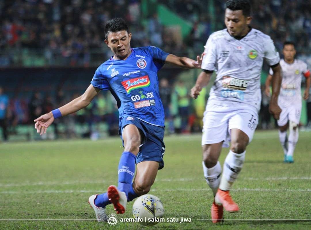 Penyerang Arema Dedik Setiawan (kiri) saat dikawal ketat oleh pemain belakang PS Tira Persikabo. (official Arema FC)