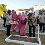 Kapolres dan Ketua Bhayangkari saat tabur bunga di makam pahlawan Situbondo (Foto: Heru Hartanto/ SitubondoTIMES)