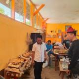Kepala Bakesbangpol Banyuwangi, Wiyono bersama Kalapas Ketut Akbar melihat langsung ruang kerajinan kayu di Lapas Banyuwangi