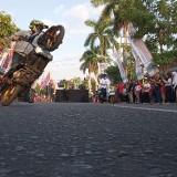 Atraksi biker mewarnai jalanya fun walk sinergitas 3 pilar (foto : Joko Pramono/Jatim Times)