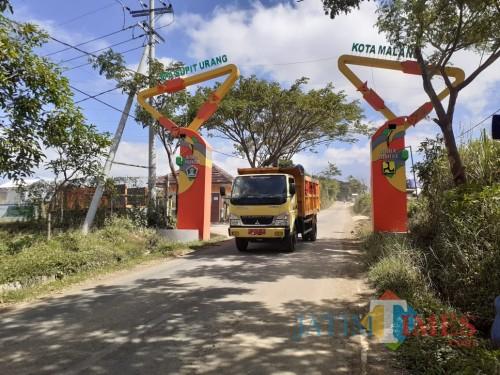 Jalan menuju kawasan TPA Supit Urang. (Arifina Cahyanti Firdausi/MalangTIMES)