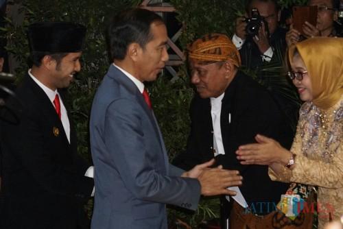 Presiden RI Joko Widodo ketika menghadiri acara resepsi pernikahan putri Gubernur Jatim Khofifah Indar Parawansa.